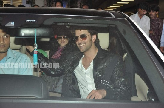Hrithik-Roshan-arrives-with-actress-Barbara-Mori-Hrithik-wife-Sussanne-and-dad-Rakesh-Roshan-5.jpg