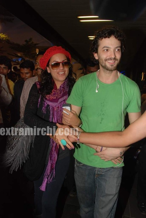 Hrithik-Roshan-arrives-with-actress-Barbara-Mori-Hrithik-wife-Sussanne-and-dad-Rakesh-Roshan-6.jpg