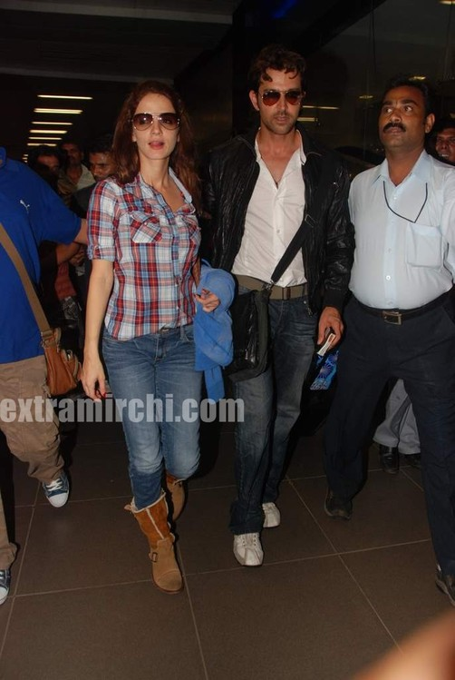 Hrithik-Roshan-arrives-with-actress-Barbara-Mori-Hrithik-wife-Sussanne-and-dad-Rakesh-Roshan-7.jpg