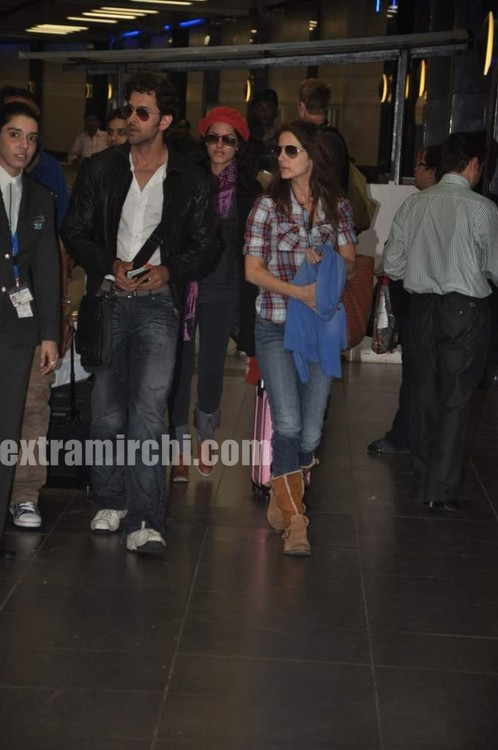Hrithik-Roshan-arrives-with-actress-Barbara-Mori-Hrithik-wife-Sussanne-and-dad-Rakesh-Roshan-9.jpg