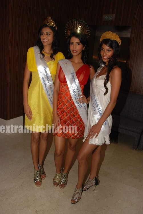 Miss-India-Manasvi-Mamgai-with-Nicole-Faria-and-Neha-Hingre.jpg