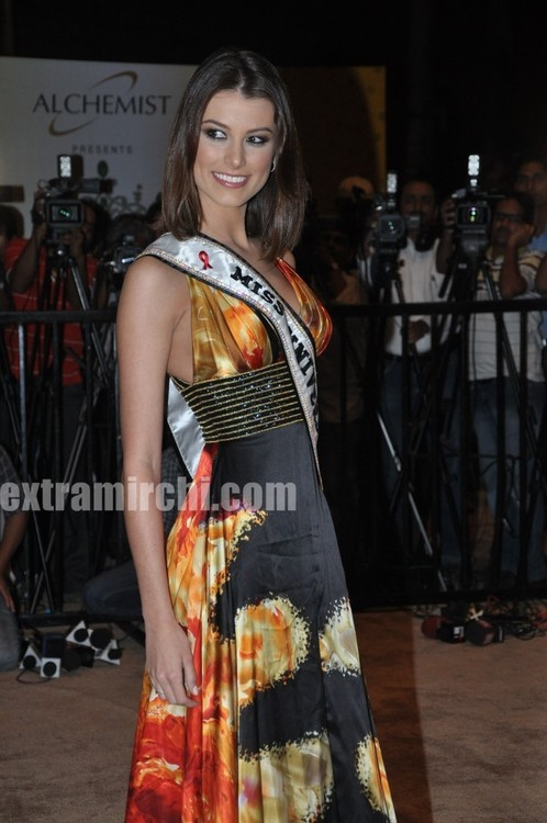 Miss-Universe-Stefania-Fernandez-at-Miss-Universe-India.jpg