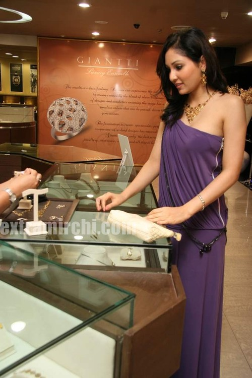 Pooja-Chopra-And-Ekta-Chaudhry-At-World-Gold-Council-Launch-Of-Collection-G-Stills-4.jpg