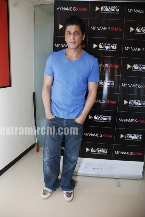 Shahrukh-Khan-at-his-house-Mannat.jpg