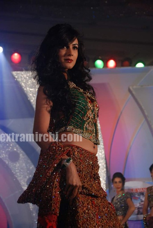 Sonal-Chauhan-walks-the-ramp-for-Riyaz-Ganji-show-1.jpg