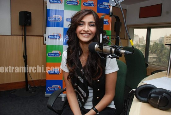 Sonam-Kapoor-at-Radio-City-2.jpg