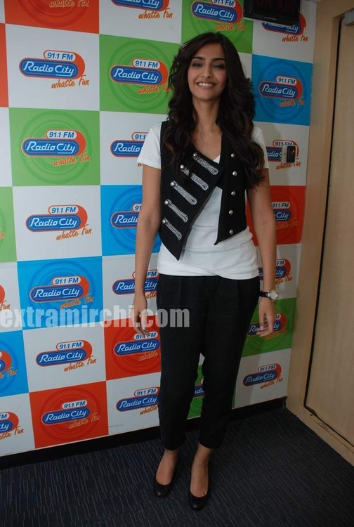 Sonam-Kapoor-at-Radio-City-4.jpg