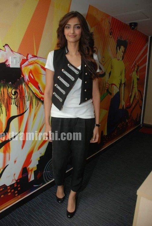 Sonam-Kapoor-at-Radio-City-5.jpg