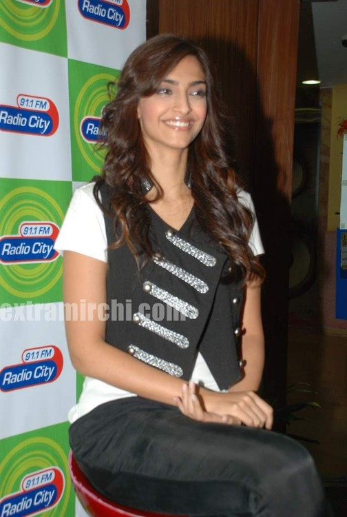 Sonam-Kapoor-at-Radio-City-6.jpg