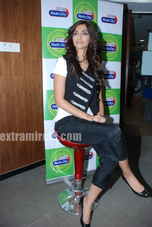 Sonam-Kapoor-at-Radio-City-7.jpg
