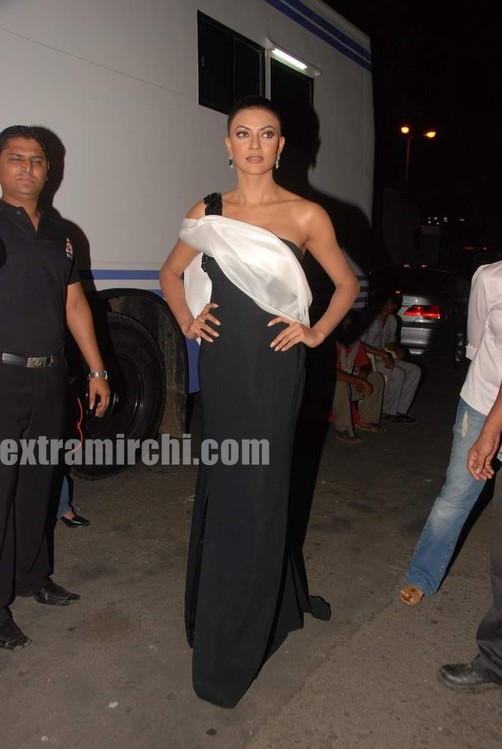 Sushmita-Sen-at-I-AM-She-2010-Miss-Universe-India-Pageant-finals-red-carpet.jpg