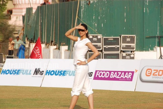 deepika-padukone-plays-cricket-1.jpg