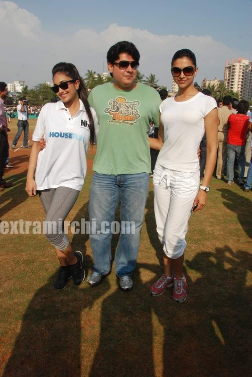 deepika-padukone-plays-cricket-10.jpg