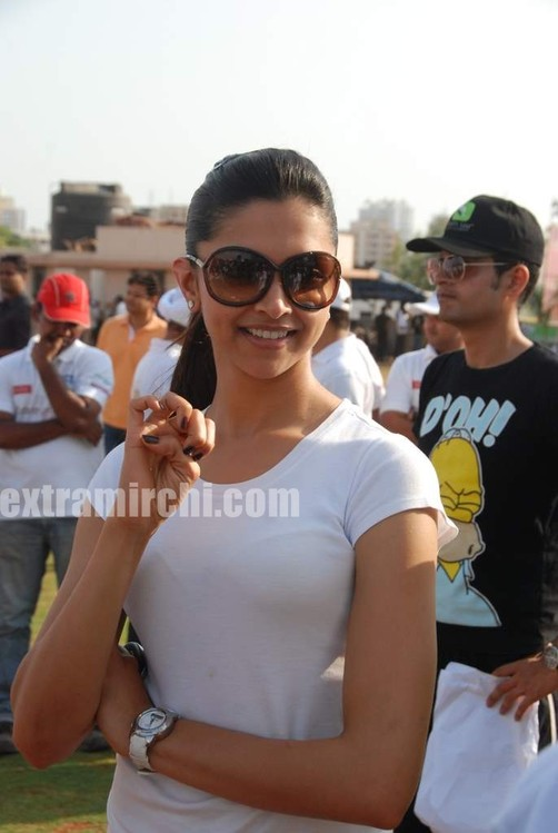 deepika-padukone-plays-cricket-11.jpg