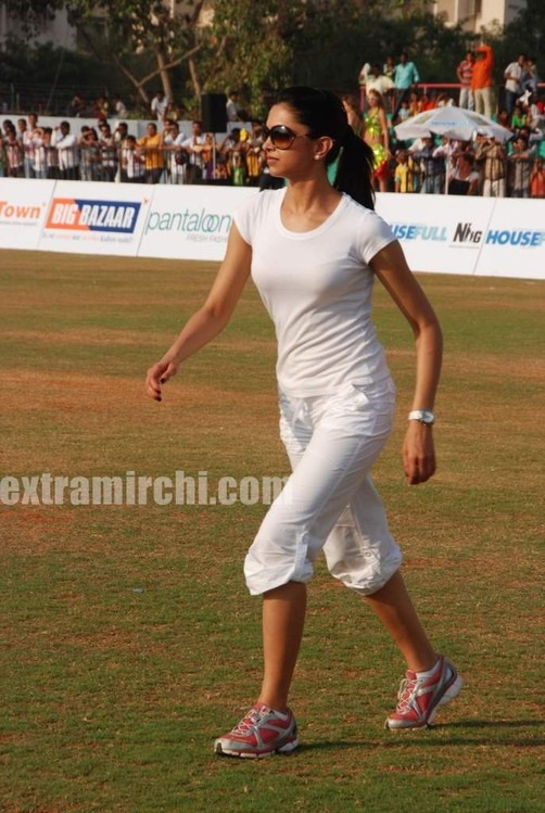 deepika-padukone-plays-cricket-13.jpg