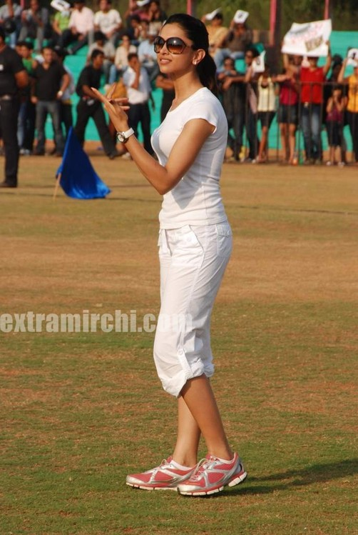 deepika-padukone-plays-cricket-15.jpg