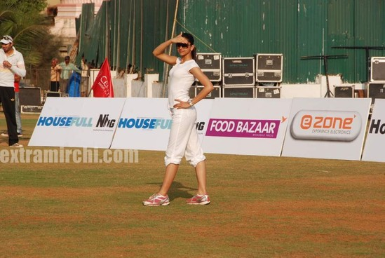 deepika-padukone-plays-cricket-2.jpg