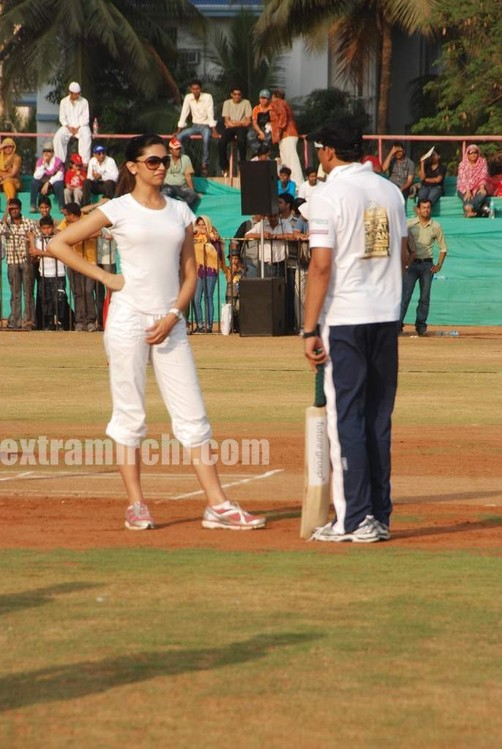 deepika-padukone-plays-cricket-3.jpg