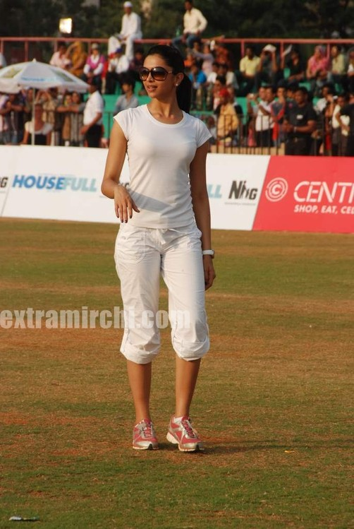 deepika-padukone-plays-cricket-4.jpg