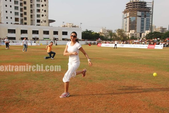 deepika-padukone-plays-cricket-5.jpg