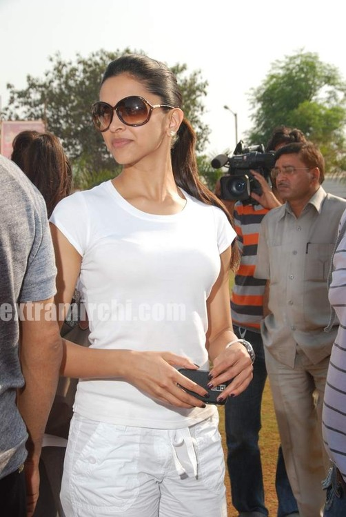 deepika-padukone-plays-cricket-8.jpg