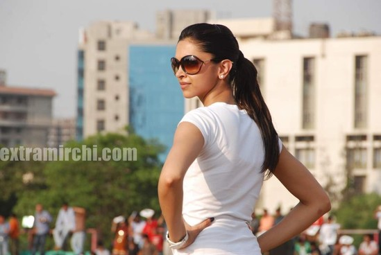 deepika-padukone-plays-cricket.jpg