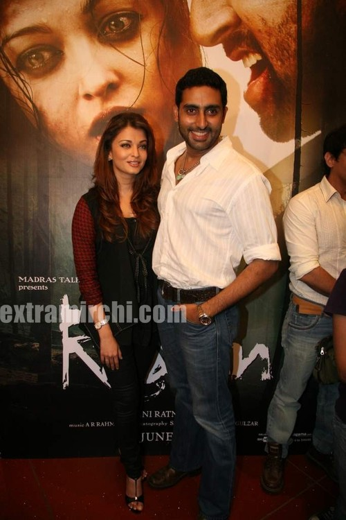 Aishwarya-Rai-and-Abhishek-bachchan-at-Raavan-promotional-event-10.jpg