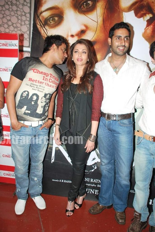 Aishwarya-Rai-and-Abhishek-bachchan-at-Raavan-promotional-event-4.jpg