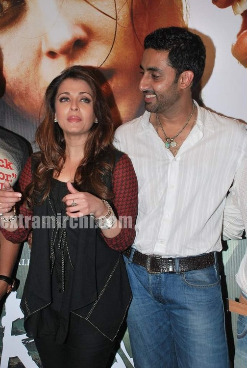 Aishwarya-Rai-and-Abhishek-bachchan-at-Raavan-promotional-event-5.jpg