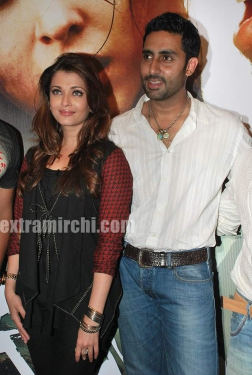 Aishwarya-Rai-and-Abhishek-bachchan-at-Raavan-promotional-event-6.jpg