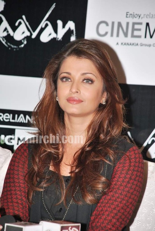 Aishwarya-Rai-at-Raavan-promotional-event-3.jpg