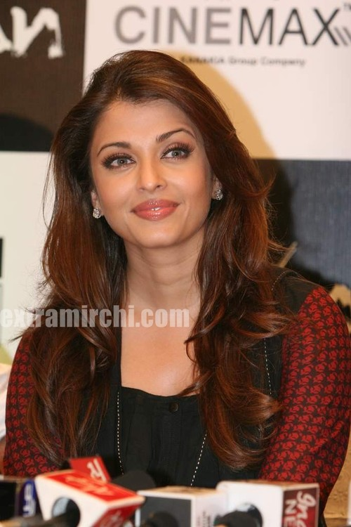 Aishwarya-Rai-at-Raavan-promotional-event-5.jpg