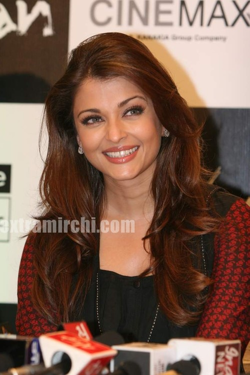 Aishwarya-Rai-at-Raavan-promotional-event-6.jpg