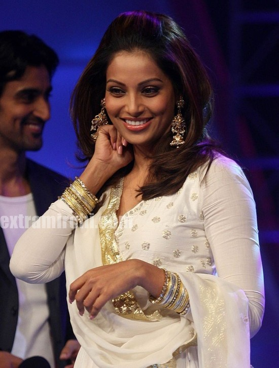 Bipasha-Basu-at-Indian-Idol-5-3.jpg