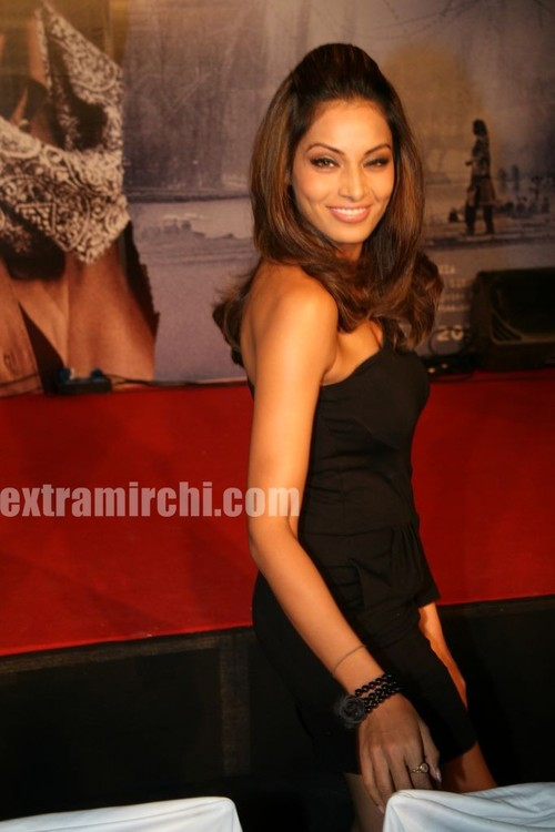 Bipasha-Basu-at-Kunal-unveil-Lamhaa-Music-album-4.jpg