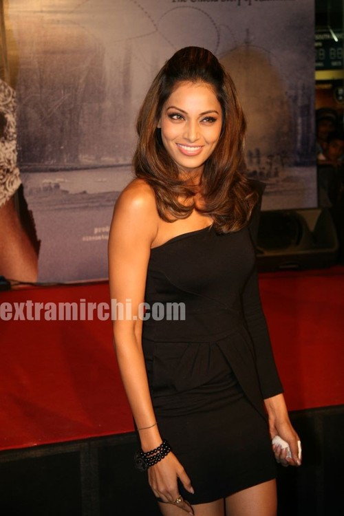 Bipasha-Basu-at-Kunal-unveil-Lamhaa-Music-album-5.jpg