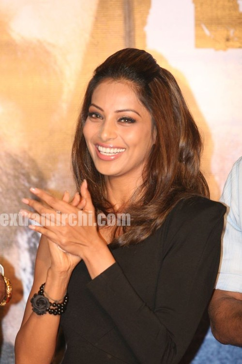 Bipasha-Basu-at-Kunal-unveil-Lamhaa-Music-album-7.jpg
