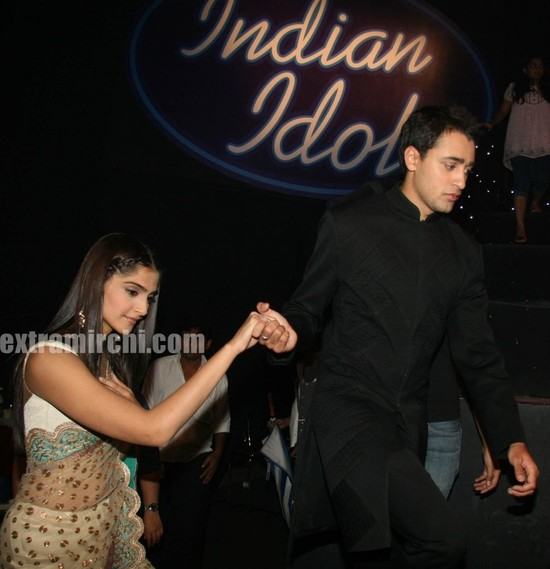 Bollywood-actor-Sonam-Kapoor-and-Imran-Khan-at-Indian-Idol-5-1.jpg