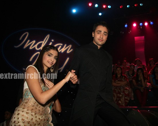 Bollywood-actor-Sonam-Kapoor-and-Imran-Khan-at-Indian-Idol-5-2.jpg