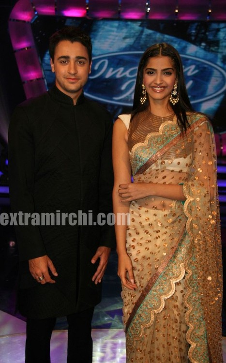Bollywood-actor-Sonam-Kapoor-and-Imran-Khan-at-Indian-Idol-5-4.jpg