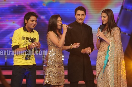 Bollywood-actor-Sonam-Kapoor-and-Imran-Khan-at-Indian-Idol-5.jpg