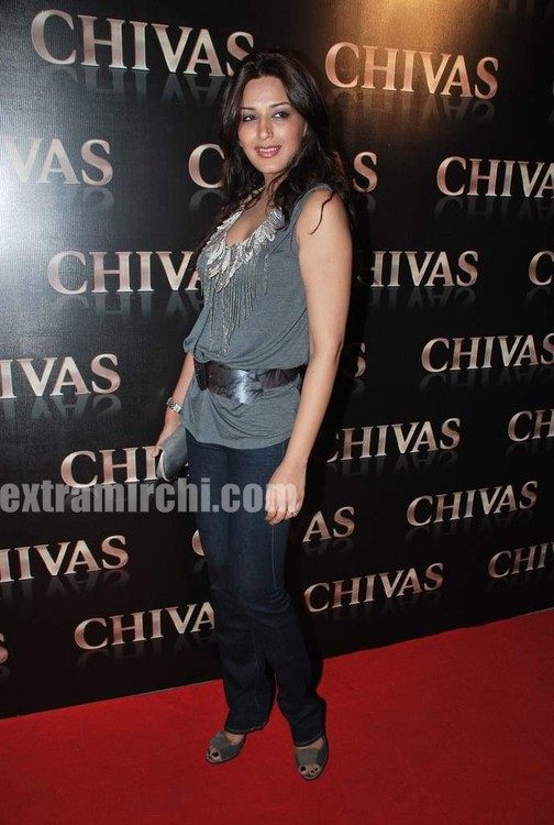 Goldie-Behl-and-Sonali-Bendre-at-Chivas-Studio-party-3.jpg