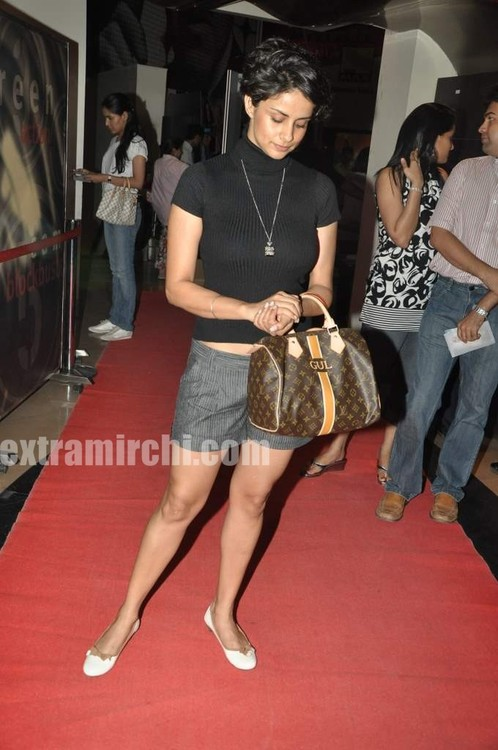 Gul-Panag-with-her-personalised-LV-bag-at-Sex-and-the-City-2-Mumbai-premiere-1.jpg