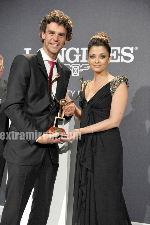 Gustavo-Kuerten-receiving-the-Longines-Prize-for-Elegance-from-the-actress-Aishwarya-Rai-Bachchan.jpg