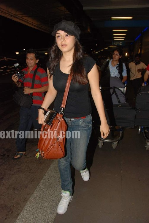 Hansika-Motwani-leave-for-IIFA-2010-Colombo.jpg