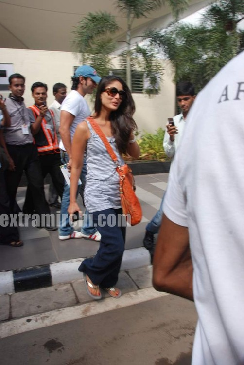 Kareena-Kapoor-and-Saif-Ali-Khan-returns-from-IIFA-to-Mumbai-1.jpg