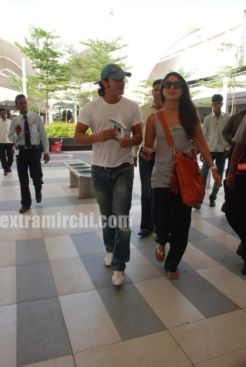 Kareena-Kapoor-and-Saif-Ali-Khan-returns-from-IIFA-to-Mumbai-10.jpg