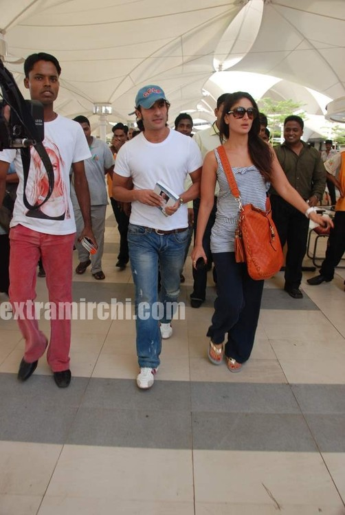 Kareena-Kapoor-and-Saif-Ali-Khan-returns-from-IIFA-to-Mumbai-11.jpg