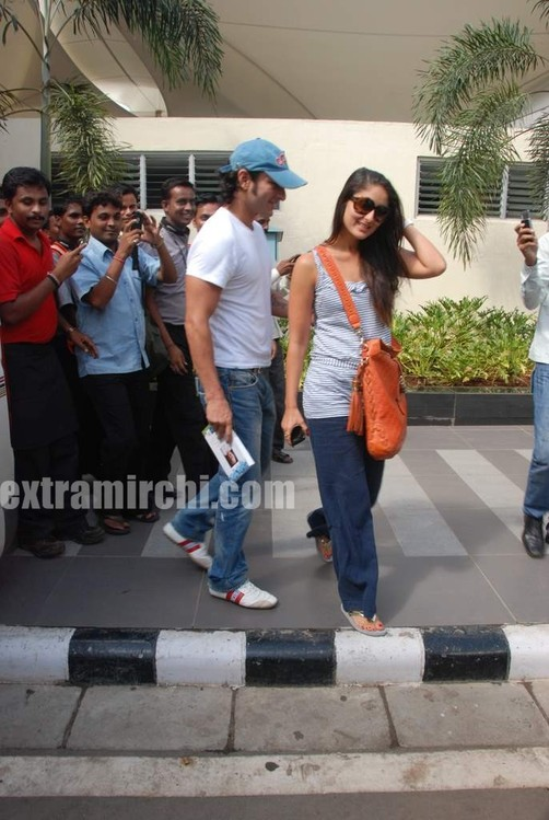 Kareena-Kapoor-and-Saif-Ali-Khan-returns-from-IIFA-to-Mumbai-12.jpg