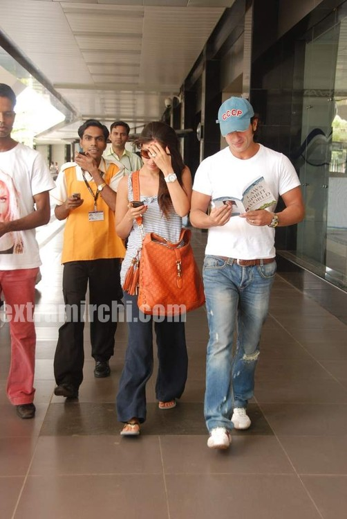 Kareena-Kapoor-and-Saif-Ali-Khan-returns-from-IIFA-to-Mumbai-4.jpg